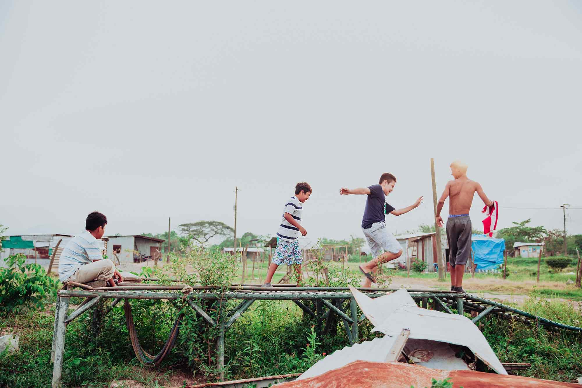 Niños jugando en un taller
